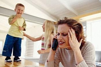 Дети мешают маме говорить по телефону