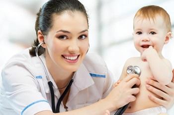 Женщина доктор с малышом