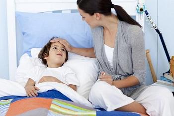 Мальчик заболел и лежит в постели