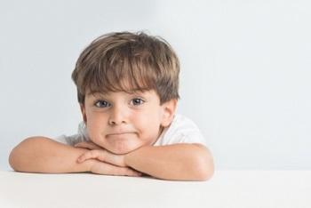Мальчик мило улыбается