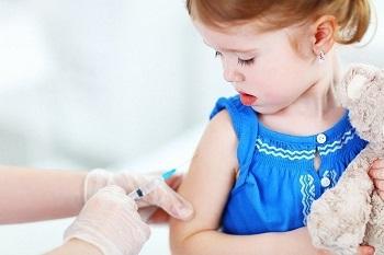 Девочке проводят вакцинацию