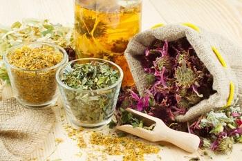 Сушеные травы на столе
