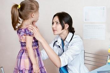 Ребенка осматривает педиатр
