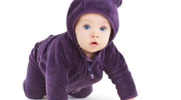 Малыш в коричневом костюме