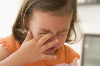 Чтобы избавиться от ячменя у ребенка быстрее, нельзя давать ему чесать глаза