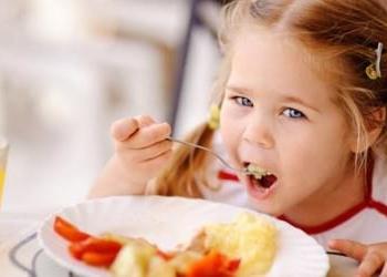 Если ребенку больно кушать, стоит осмотреть его рот на наличие гингивита