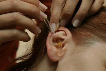 При нажатии на мочку уха наличие отита у детей подтверждается болью