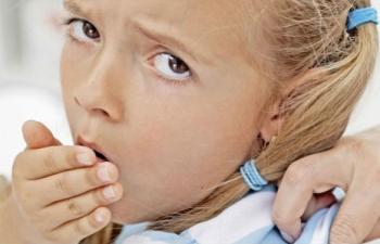 Кашель - один из признаков обструктивного бронхита у детей, но не единственный