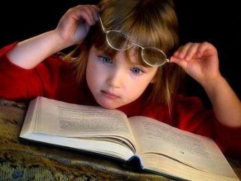 При близорукости ребенок ближе склоняется к книге