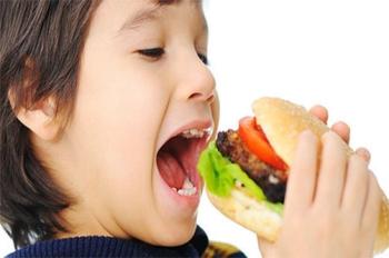 Частая причина развития гастрита у ребенка - неправильное питание и фаст-фуды
