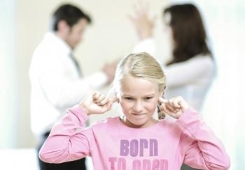 Причины энуреза у детей могут быть психологическими - стрессы, агрессивное отношение