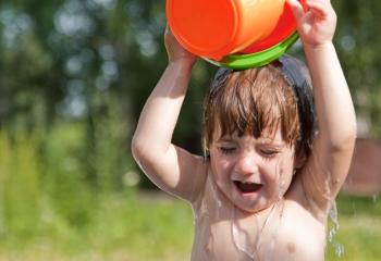 Закаливание ребенка - одна из мер профилактики вирусных болезней, в том числе и герпангины у детей
