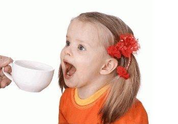 От рвоты детей можно поить крепким чаем