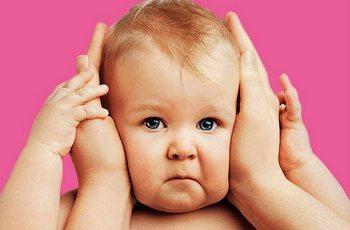 Признаки того, что у ребенка болит ухо