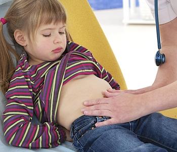 Симптомы и меры диагности, если у ребенка болит живот