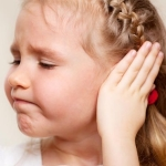 Что делать, если у ребенка болит ухо и температура: полезные советы