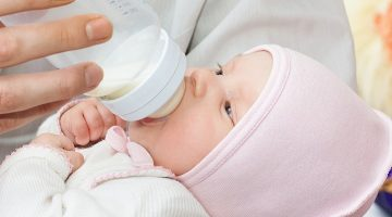 Как правильно кормить новорожденного из бутылочки - полезные советы