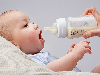 Как правильно кормить новорожденного из бутылочки - пошаговая инструкция
