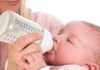 Как правильно кормить новорожденного ребенка из бутылочки - полезные советы