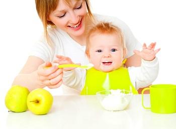 Кормление грудничка - введение прикорма в рацион ребенка