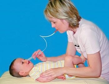Как почистить нос от соплей грудничку с помощью аспиратора