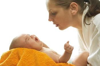 Разрешены ли прогулки с грудными детьми при возникновении насморка
