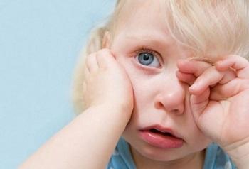 Что делать, если ребенка укусила мошка и у него опухло веко