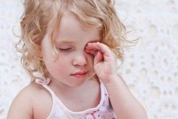Отчего у ребенка покраснели глаза и гноятся