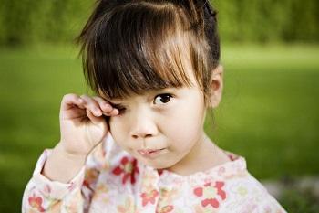 Почему опухают, чешутся и гноятся глаза у ребенка - основные причины