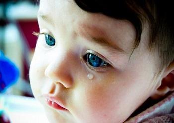 Почему у ребенка слезятся глаза и насморк - основные причины