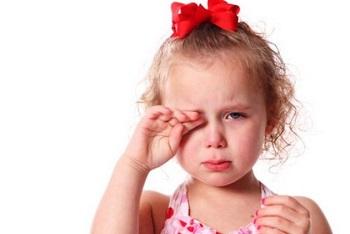 Почему у ребенка слезятся глаза - несколько причин