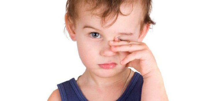 У ребенка слезятся глаза и насморк - о чем говорят эти симптомы
