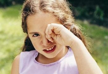 Почему  ребенка чешутся и болят глаза